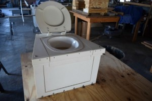 Composting head with seat up.